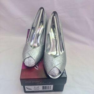Easy Street Alive 5 Silver peep toe pumps 9M NIB